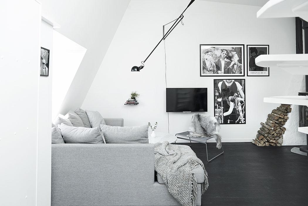 Obrazki w czarnych ramkach na ścianie