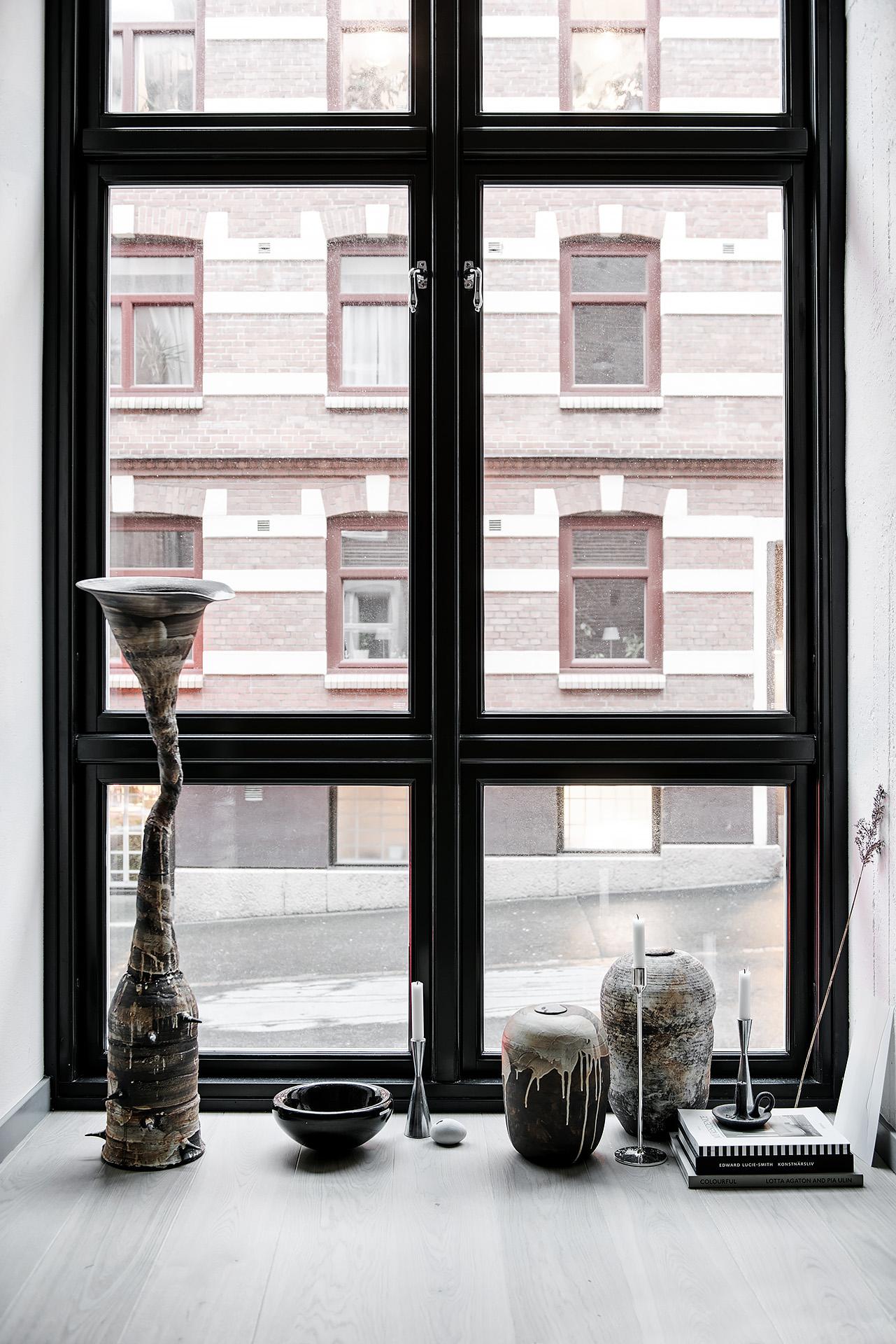 Duże industrialne okno z czarnymi szprosami