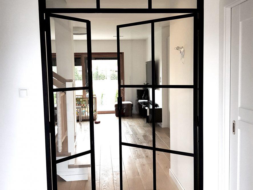 Szklane drzwi ze szprosami na przedpokoju