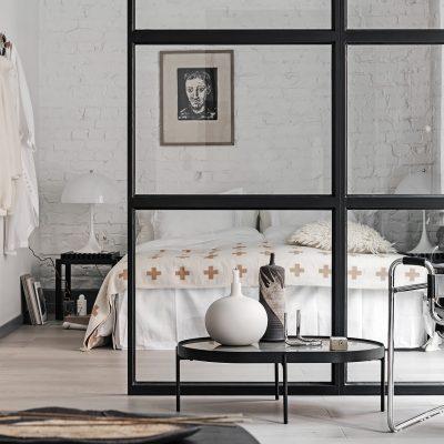 Industrialne mieszkanie ze szklanymi ściankami działowymi i starą cegłą