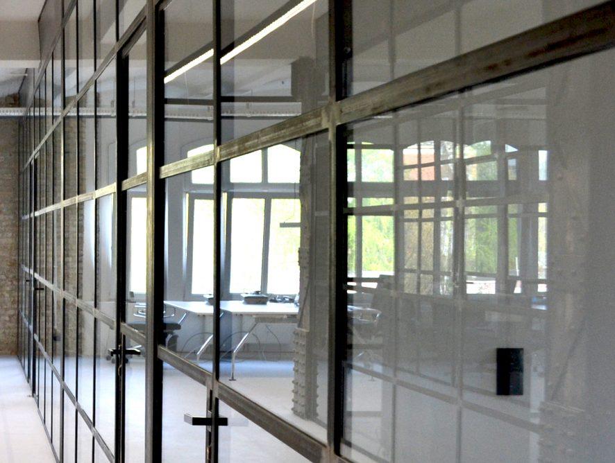 Industrialne czarne szprosy i szkło