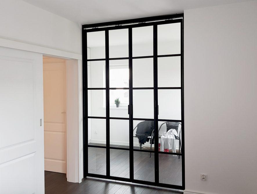 Szklana ścianka ze szprosami w sypialni