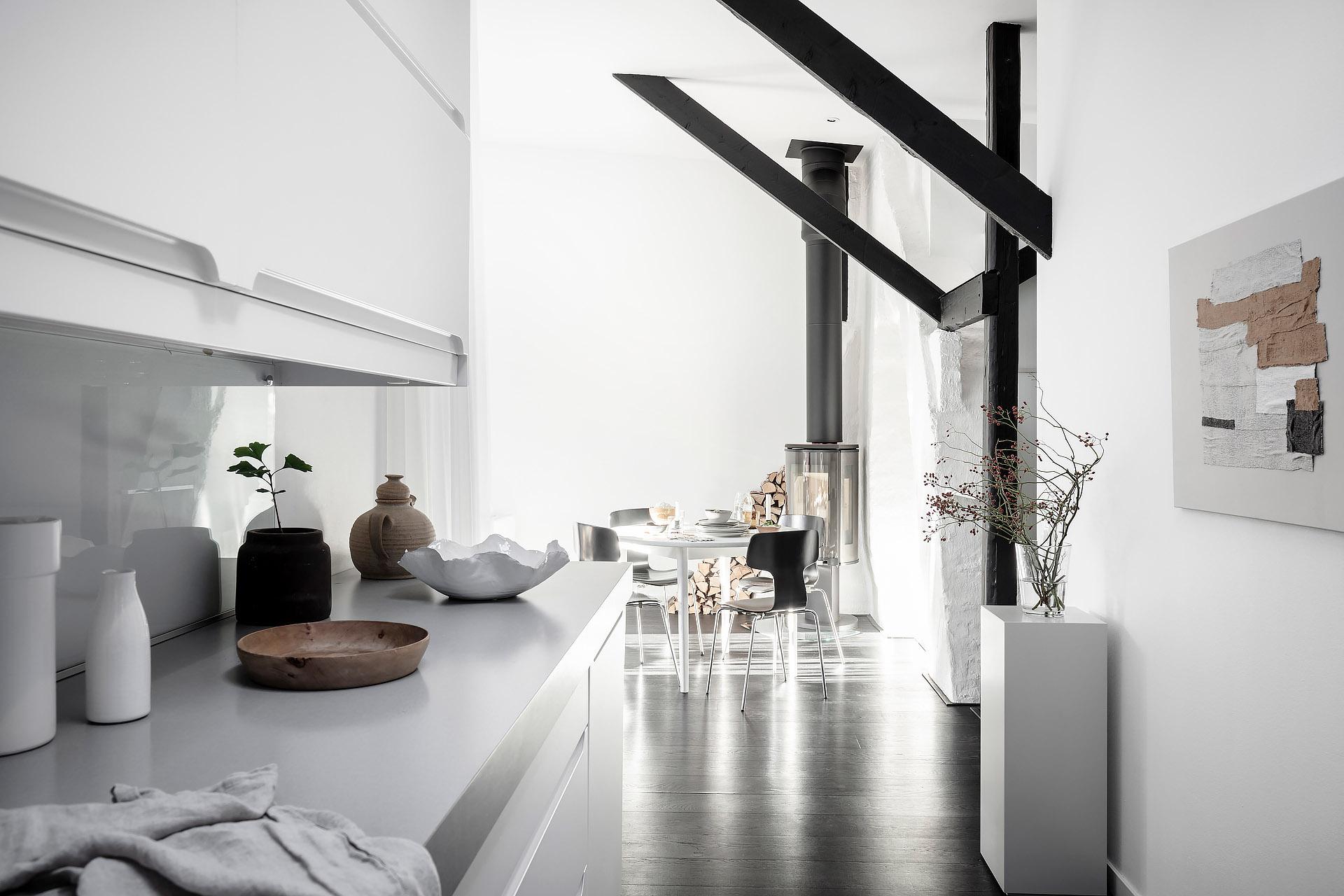 Mieszkanie na poddaszu z belkami stropowymi i kominkiem