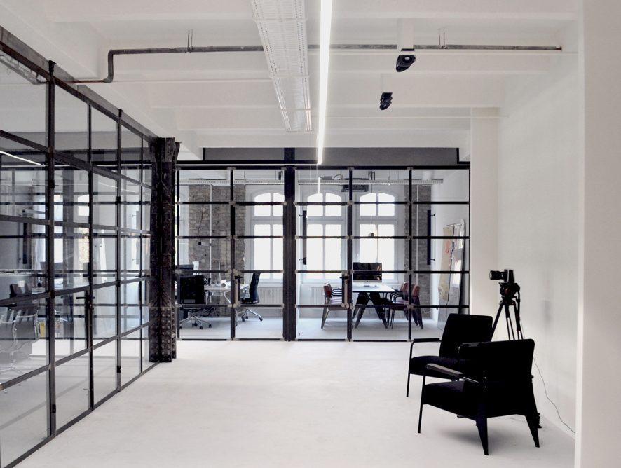 Biuro z loftowymi szklanymi ścianami ze szprosami
