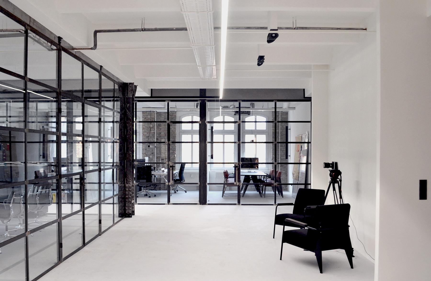 Biuro ze szklanymi ścianami działowymi