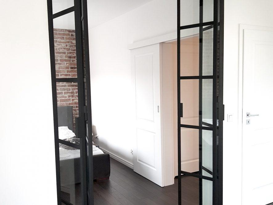 Sypialnia szklane drzwi ze szprosami