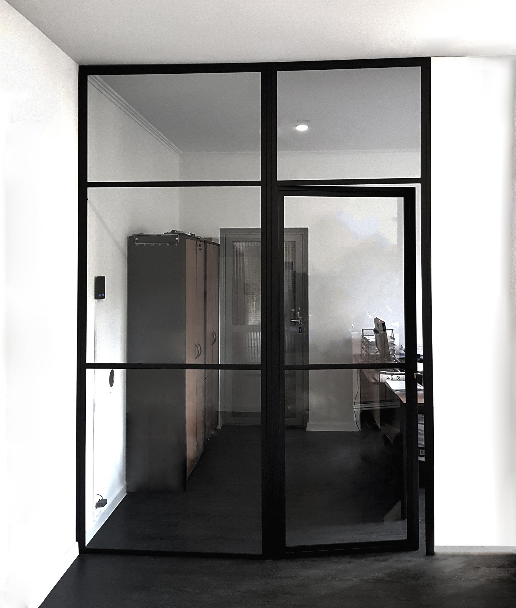 Szklane drzwi z czarnymi szprosami