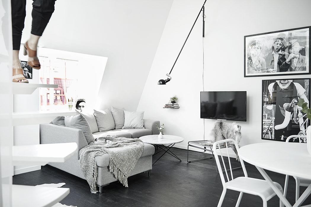 Salon w stylu skandynawskim z antresolą