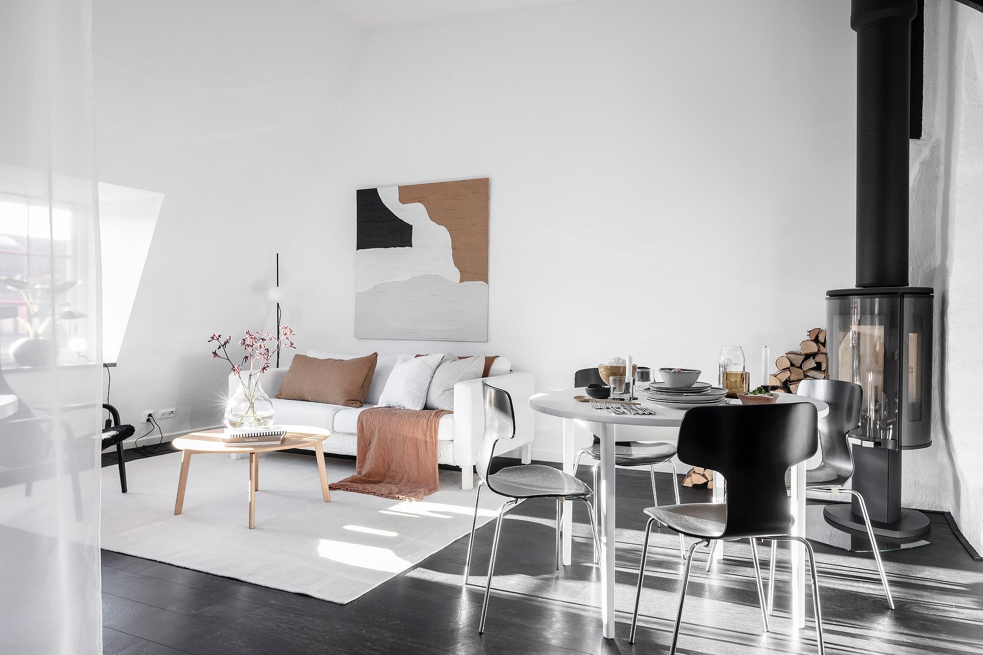 Salon ze skosami w stylu skandynawskim