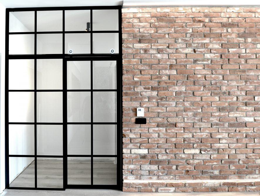 Szklana ściana ze starą cegłą