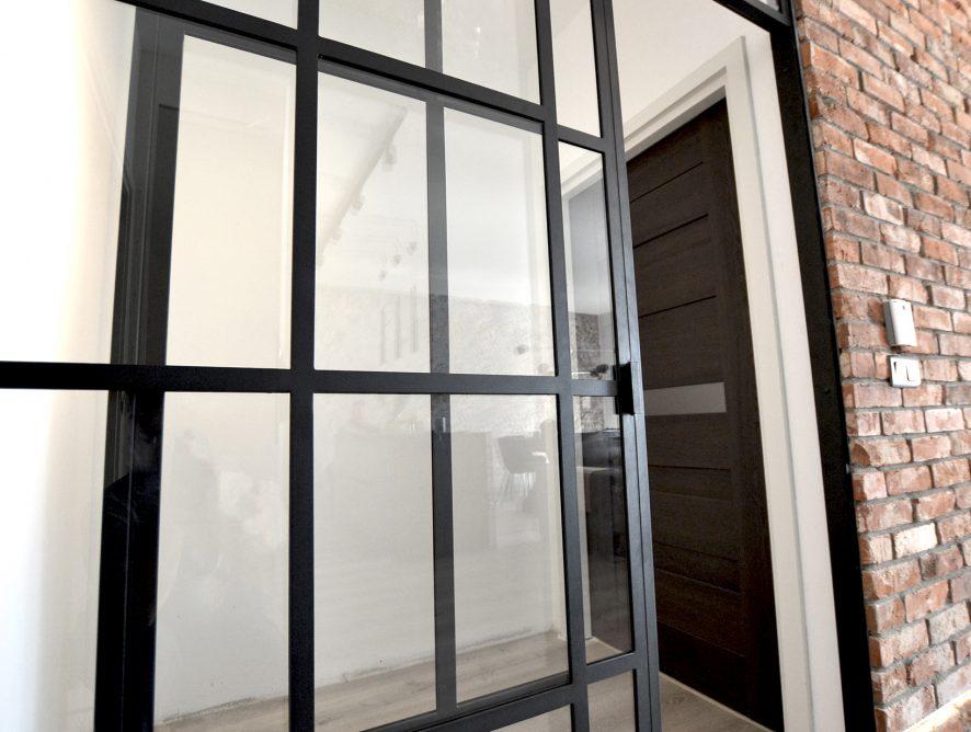 Loftowe drzwi ze szkła i stali