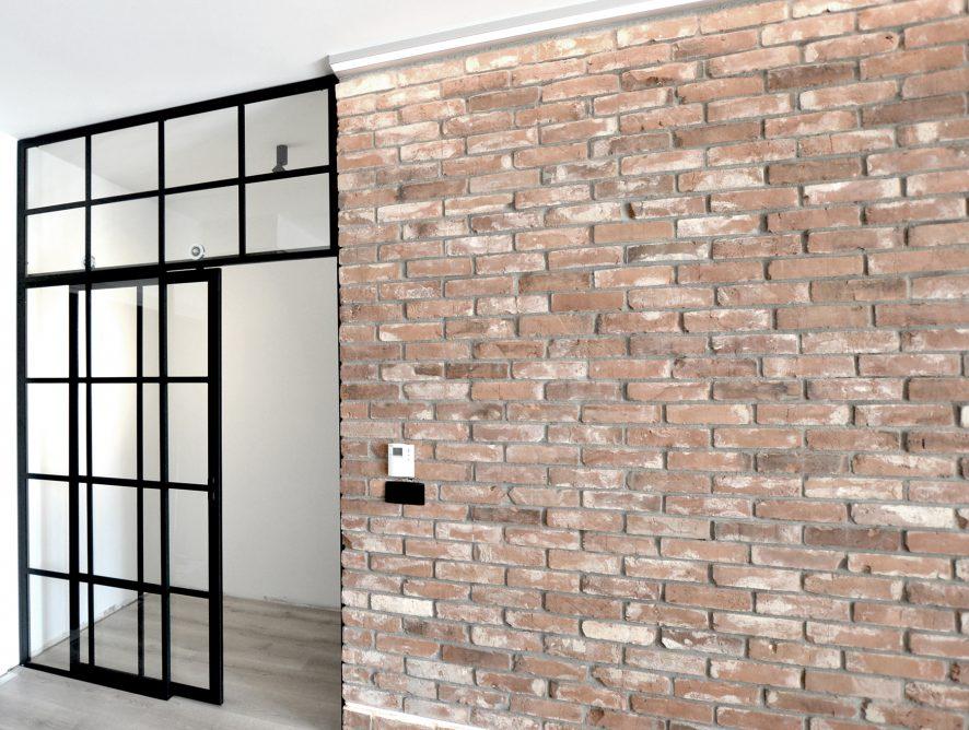 Drzwi przesuwne w szklanej ścianie działowej