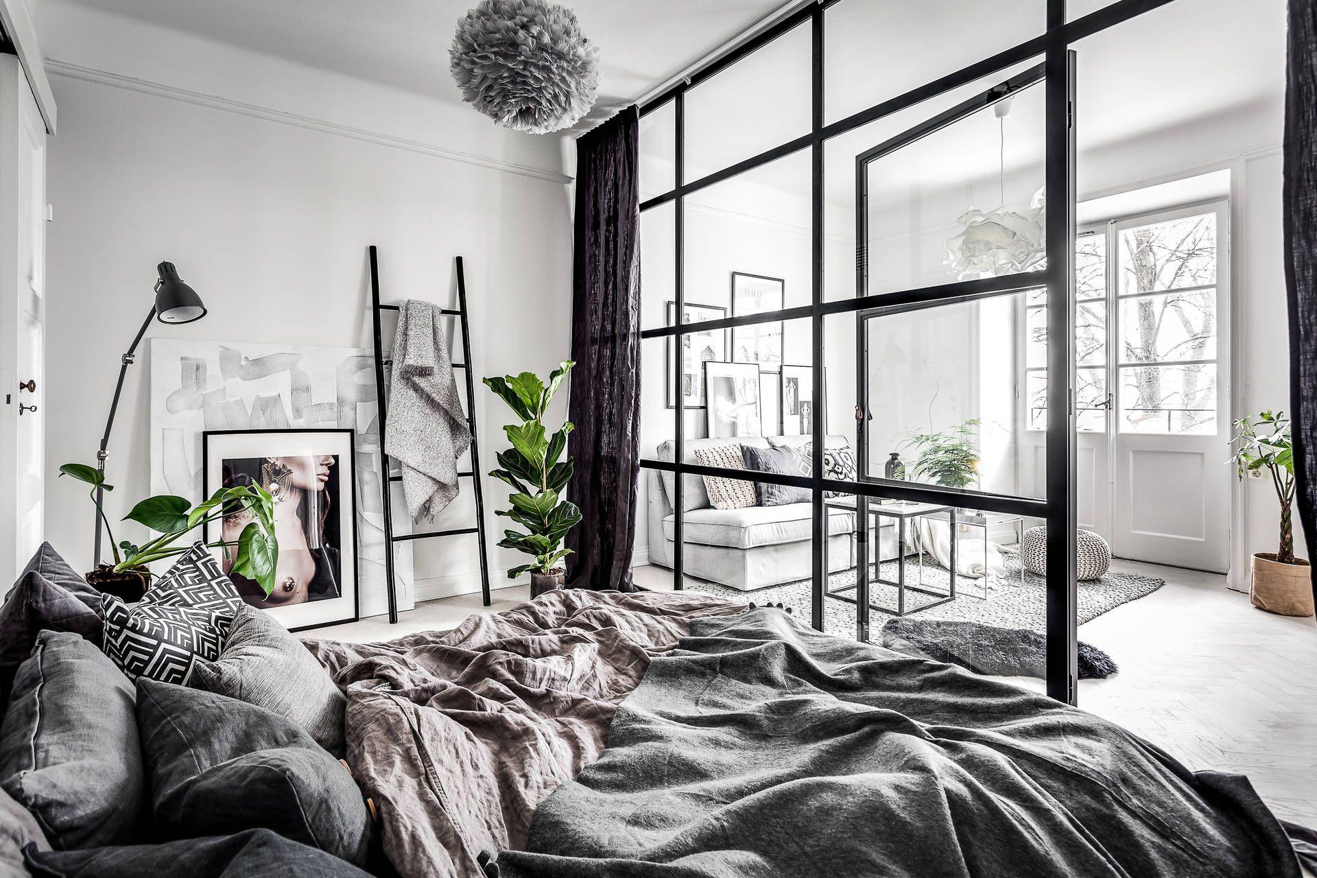 Skandynawska sypialnia ze szklaną ścianką działową