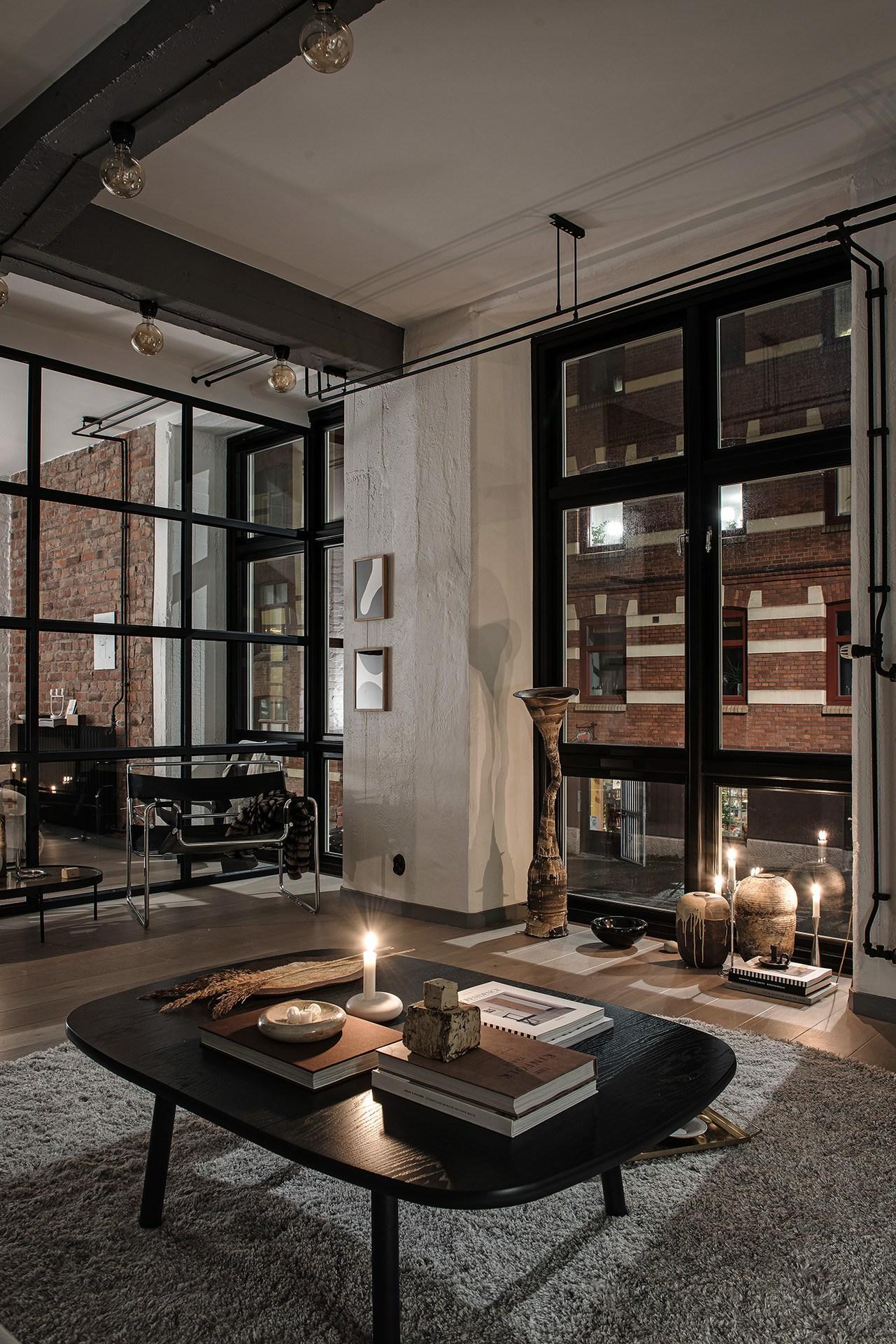 Okna industrialne w loftcie