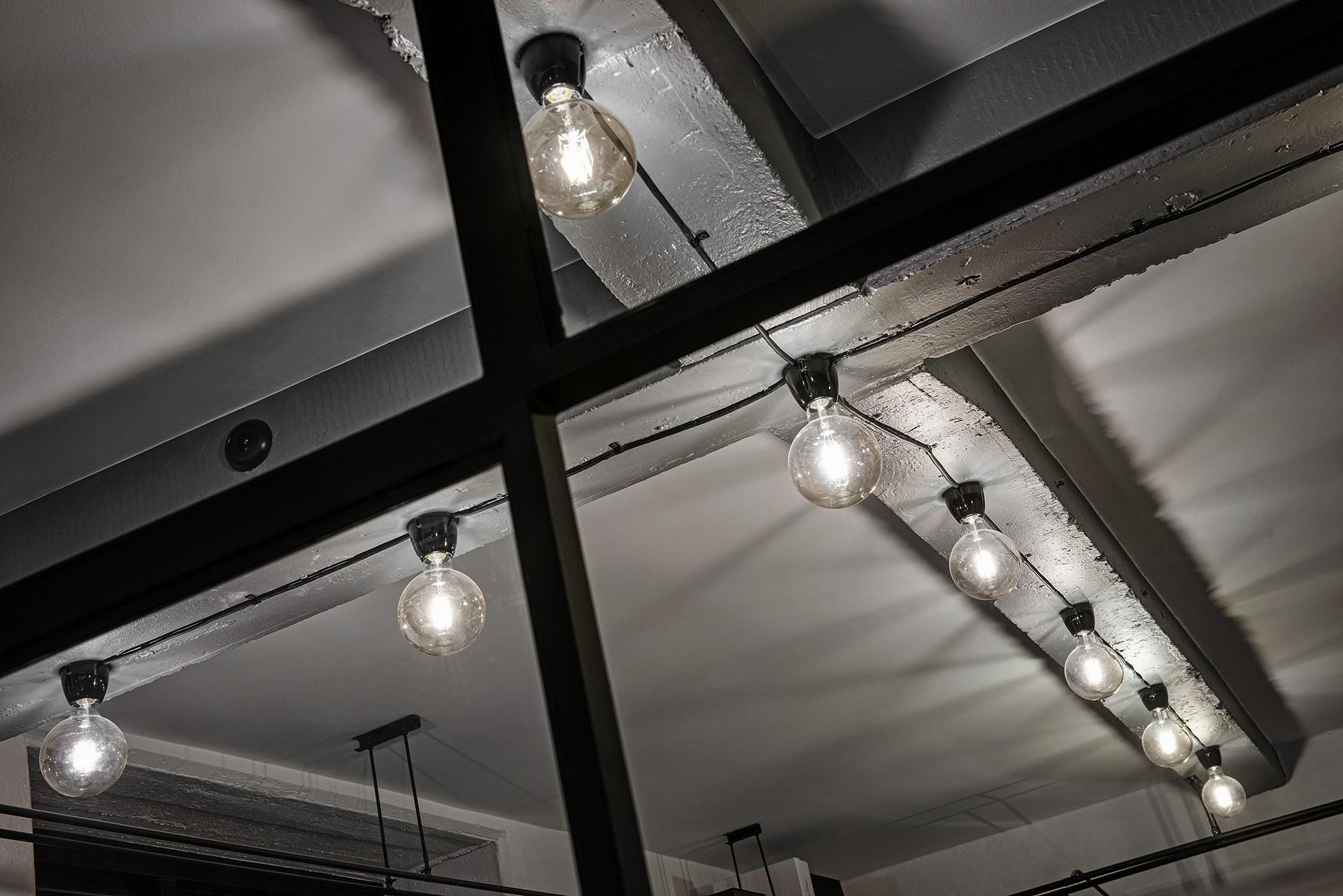 Industrialny sufit i oświetlenie