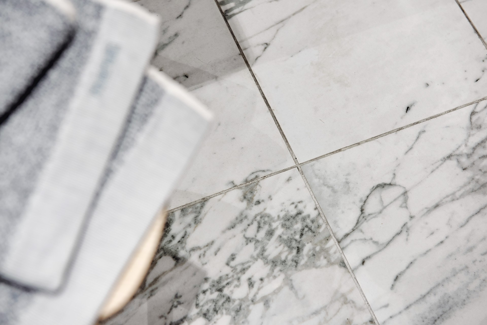 Marmur na podłodze w łazience
