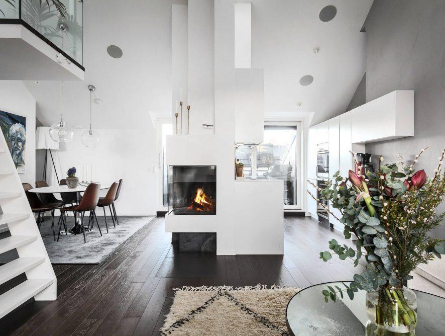 Współczesny apartament na poddaszu ze szklaną antresolą i dużym tarasem