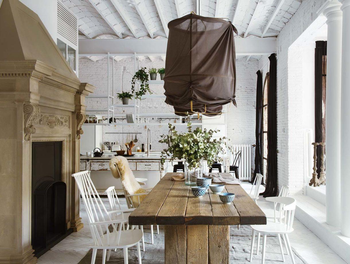 Eklektyczny apartament ze szklaną ścianą, starą cegłą i kominkiem