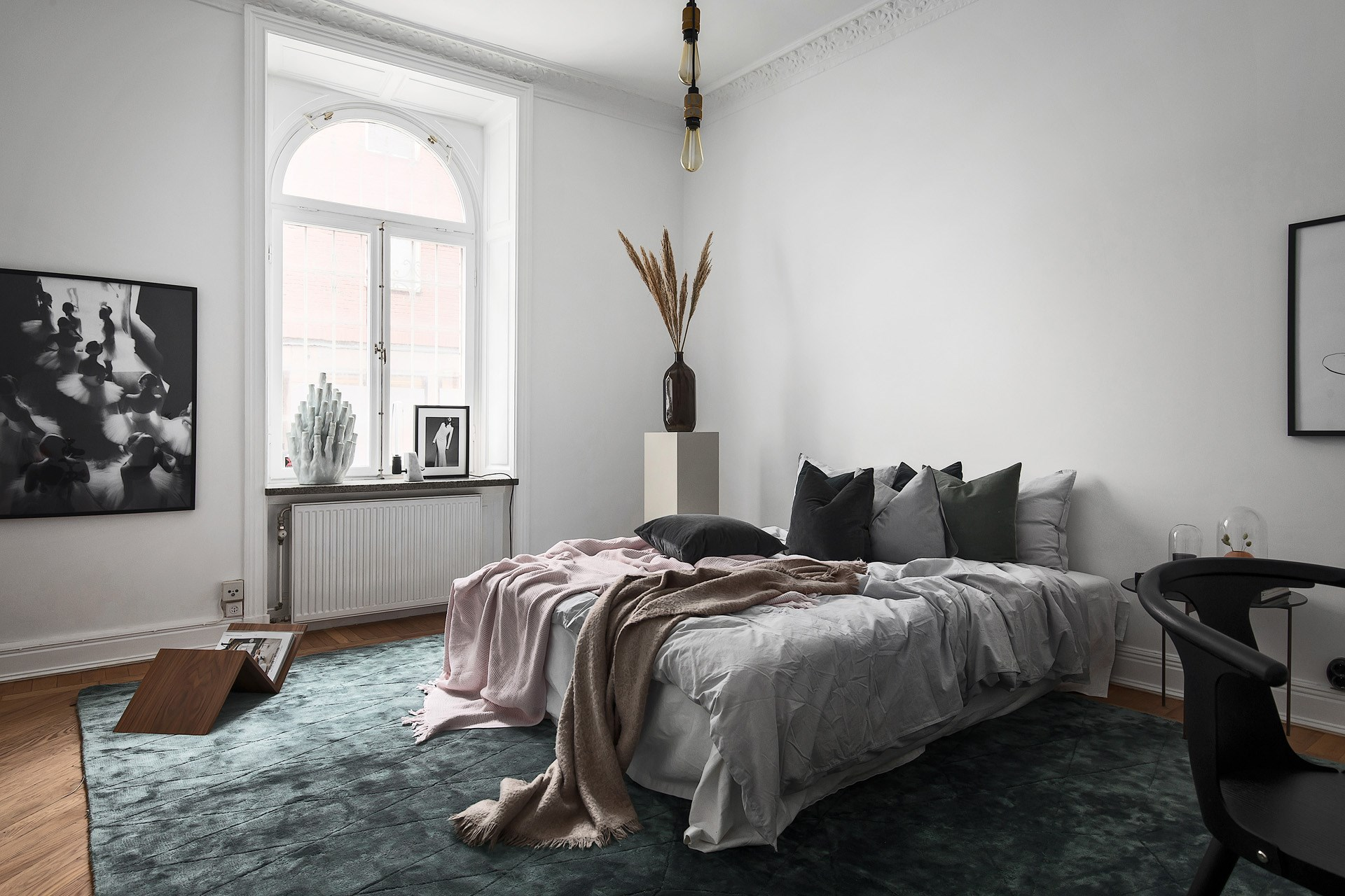 Wysoka sypialnia w stylu skandynawskim