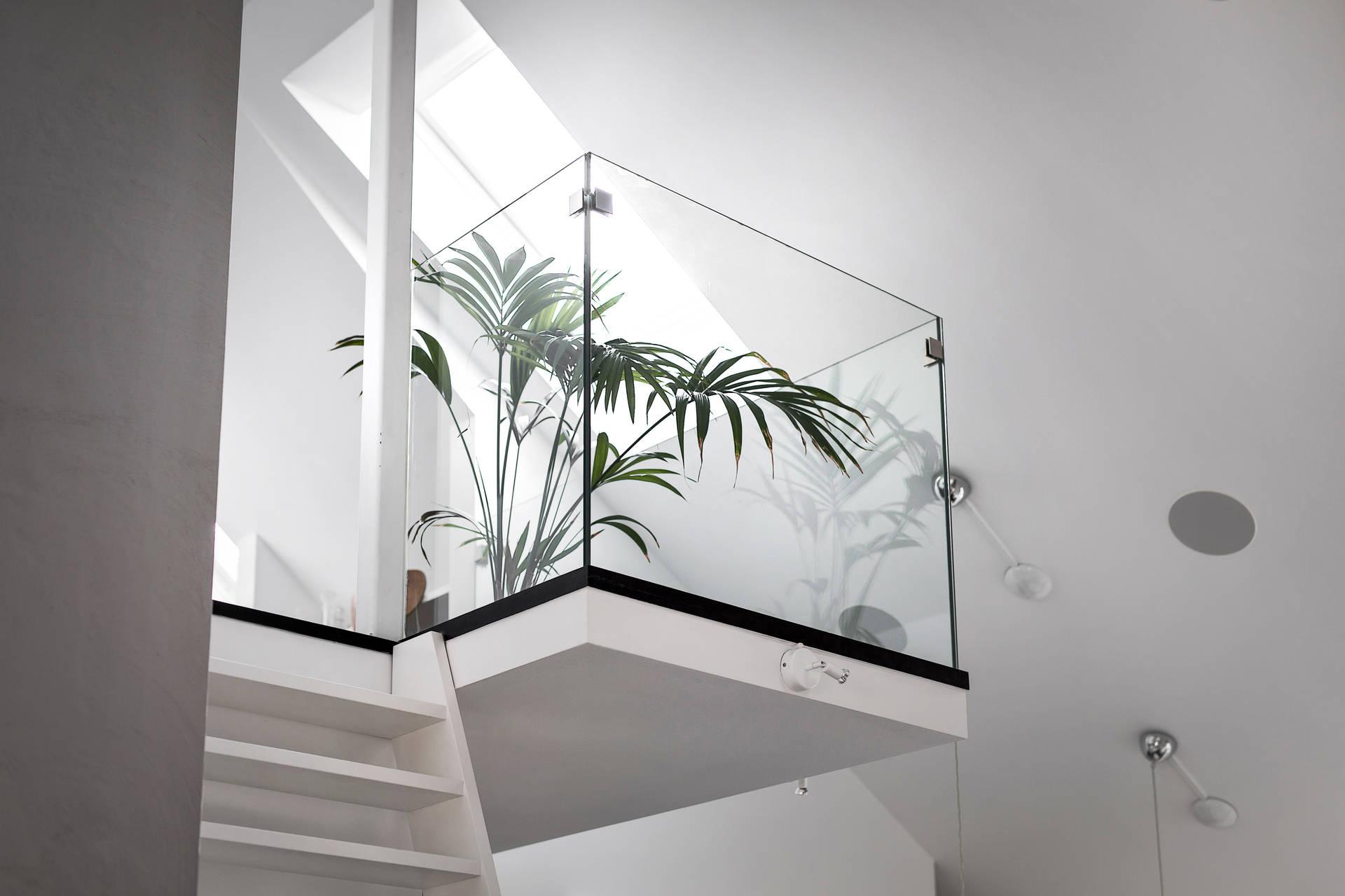 Szklana balustrada na antresoli