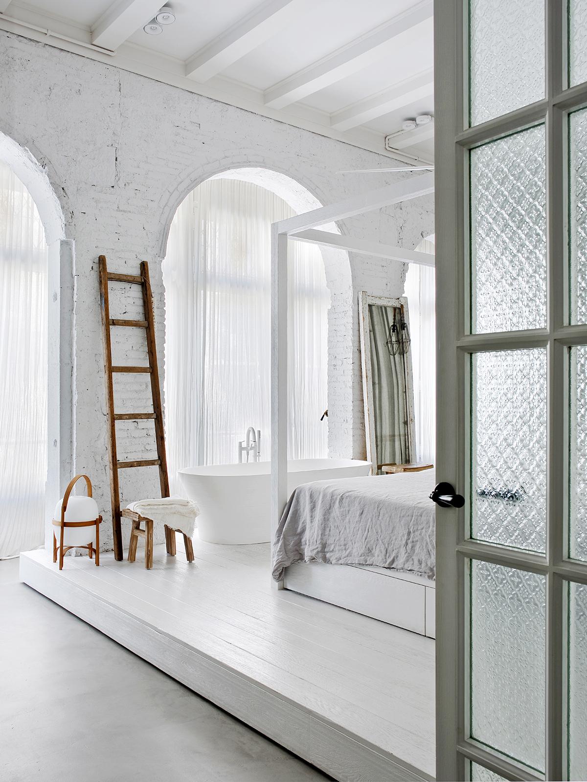 Duża jasna sypialnia na podeście