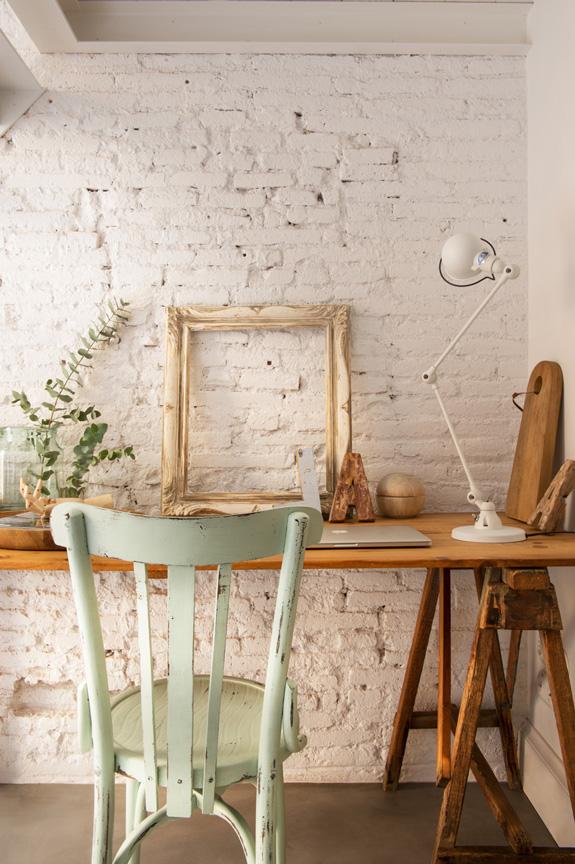 Domowe biuro z rustykalnym biurkiem na kozłach