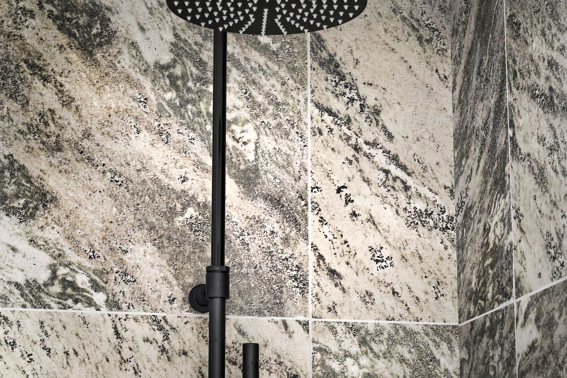 Szary marmur w łazience