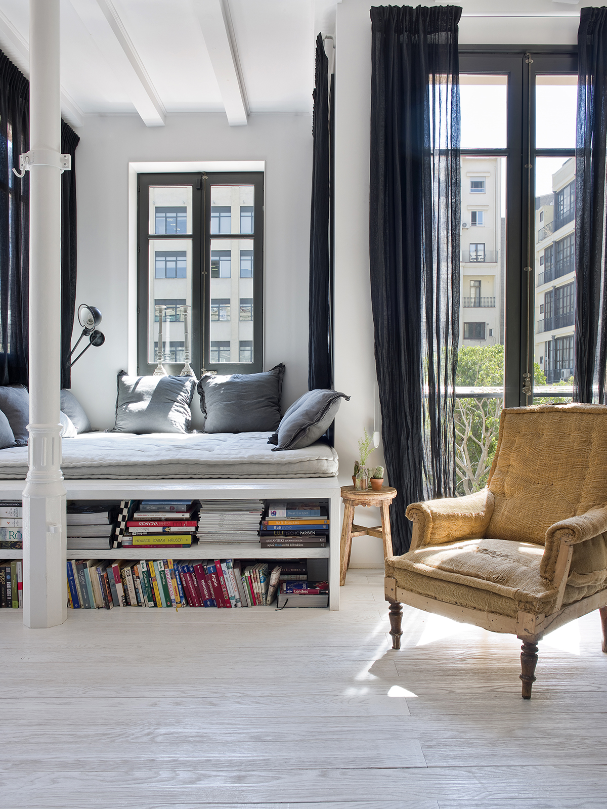 Pokój relaksu przy oknach