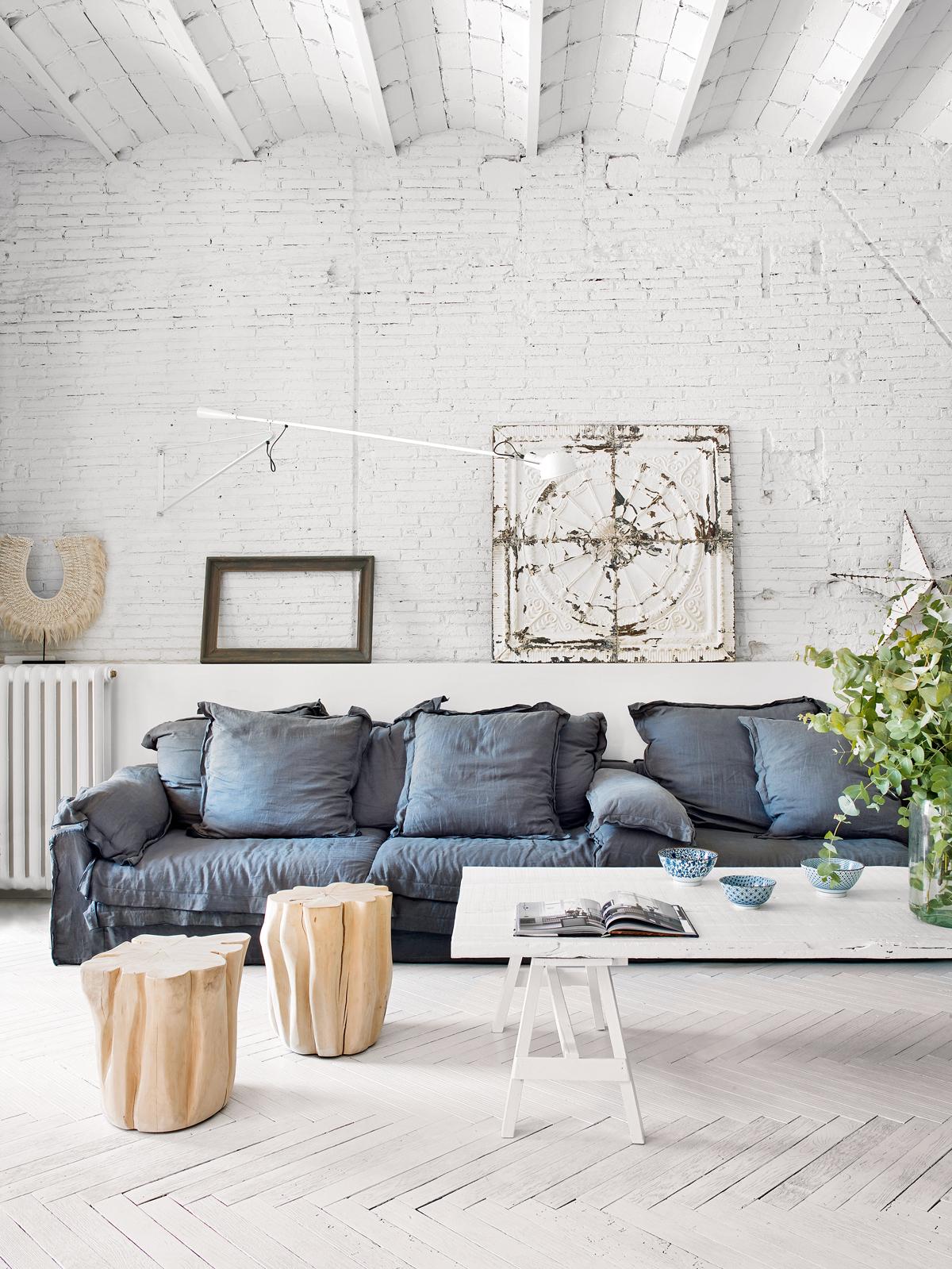 Industrialny salon z białą cegłą