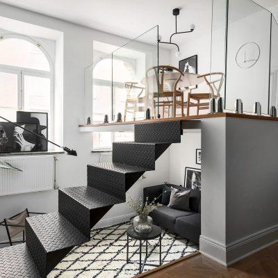 Mieszkanie ze skandynawskim i francuskim klimatem oraz szklaną antresolą