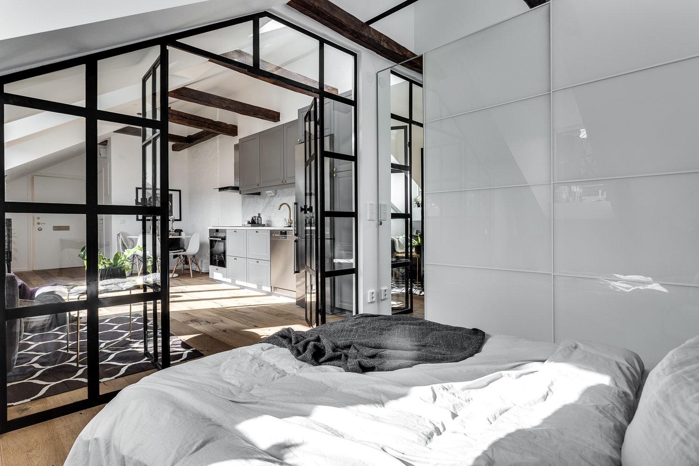 Sypialnia w stylu skandynawskim ze szklaną ścianą
