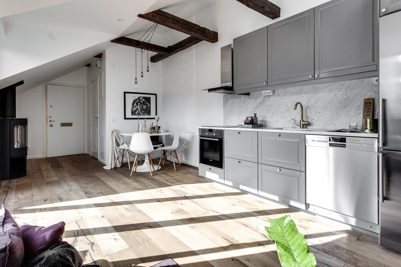 Skandynawskie mieszkanie z aneksem kuchennym i skosami