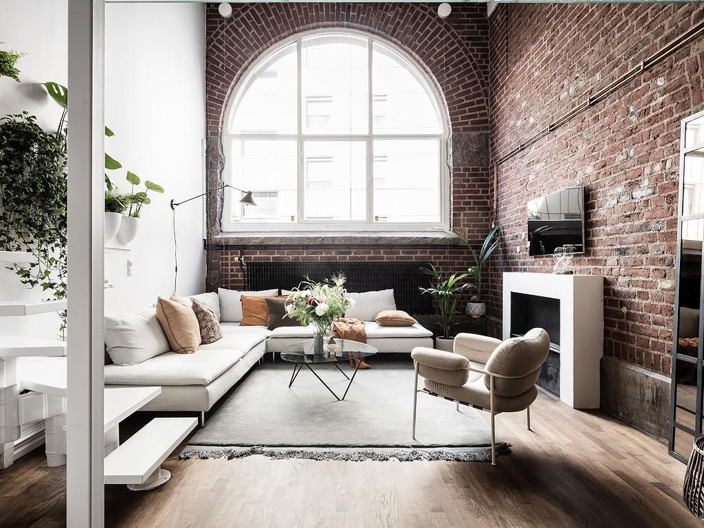 Wysoki sufit w salonie