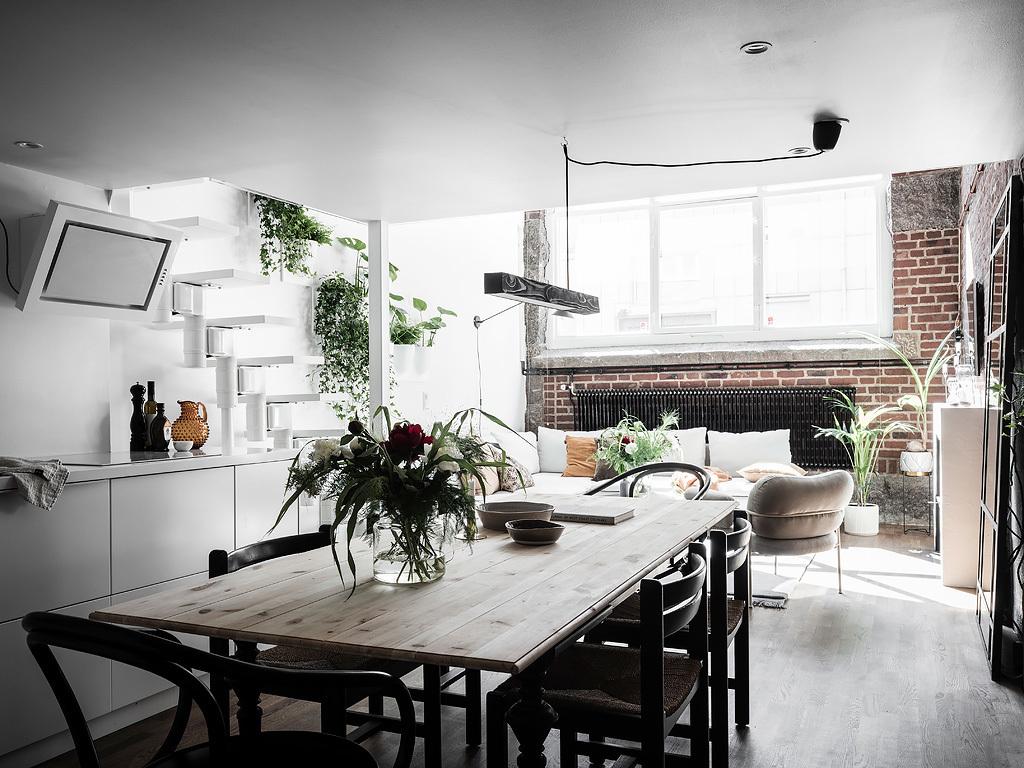 Skandynawski stół z jasnych drewnianych desek