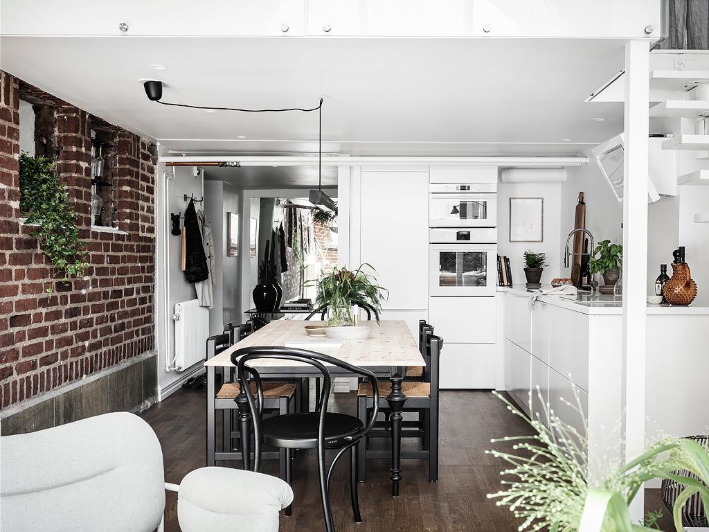 Biała skandynawska kuchnia z cegłą