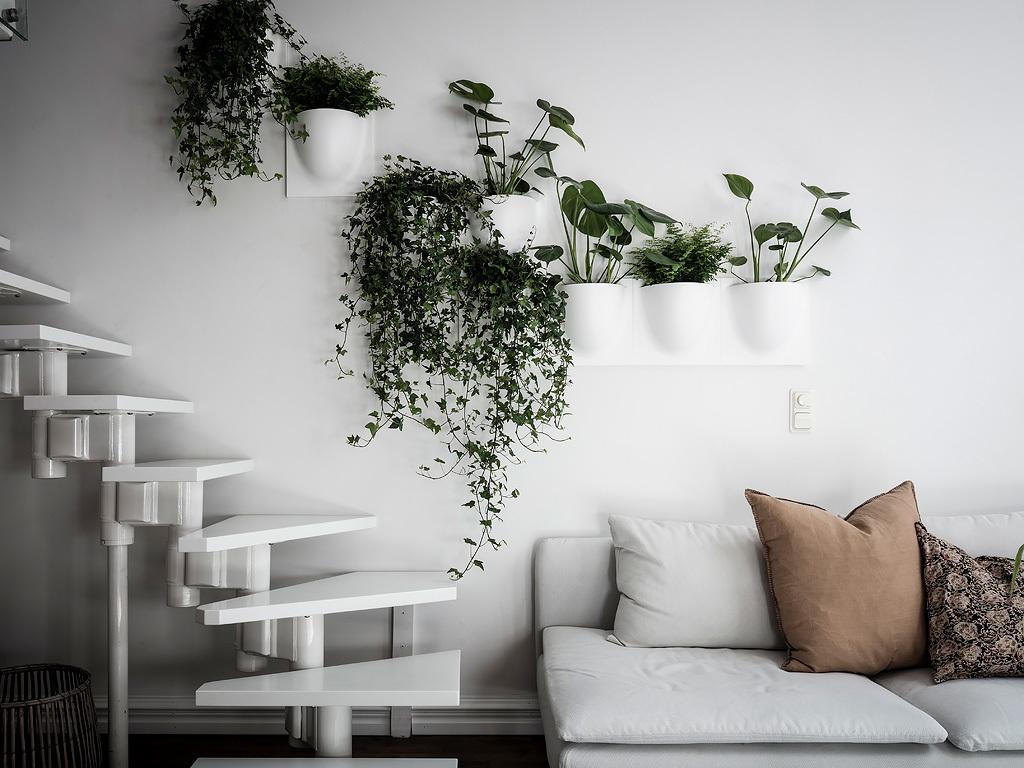 Białe schody na antresolę