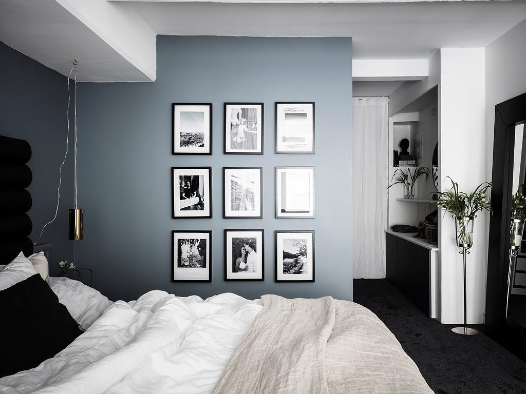 Niebieskoszara ściana w sypialni