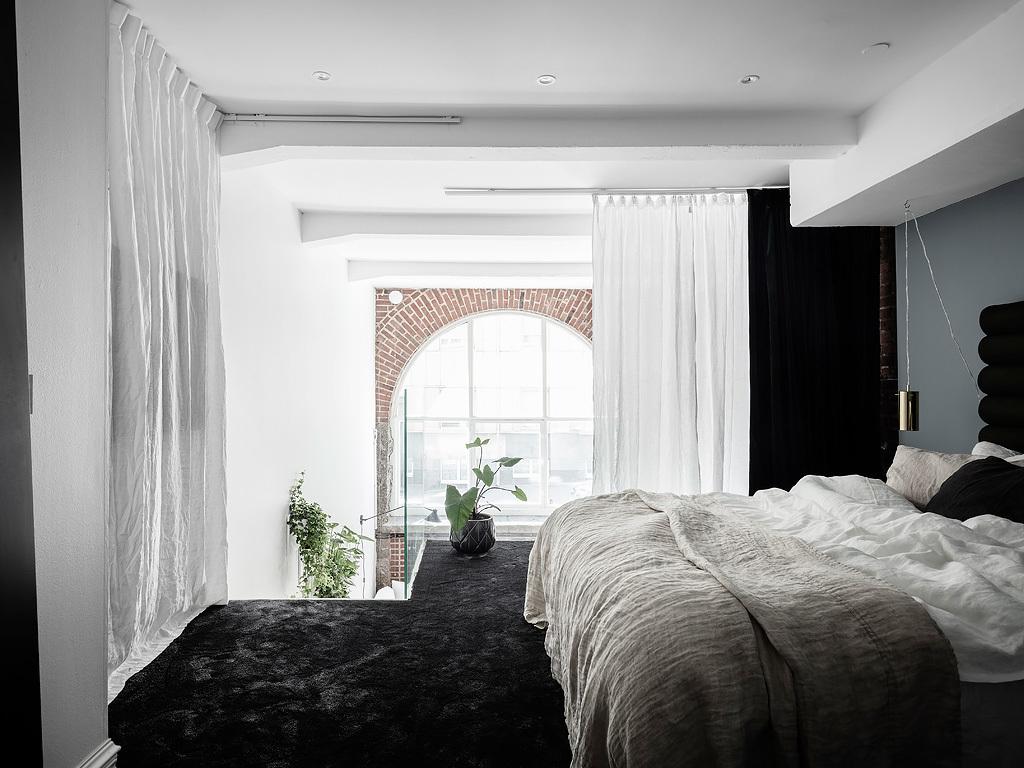Sypialnia oszklona na antresoli