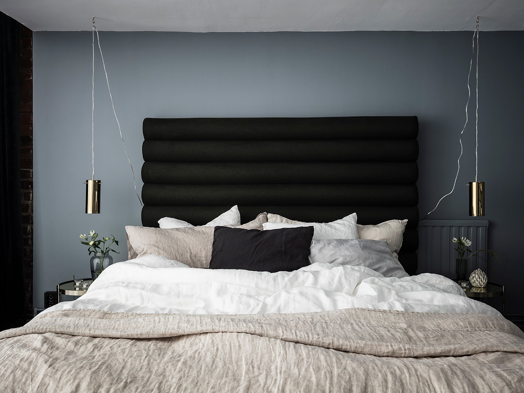 Czarne rolowane wezgłowie łóżka