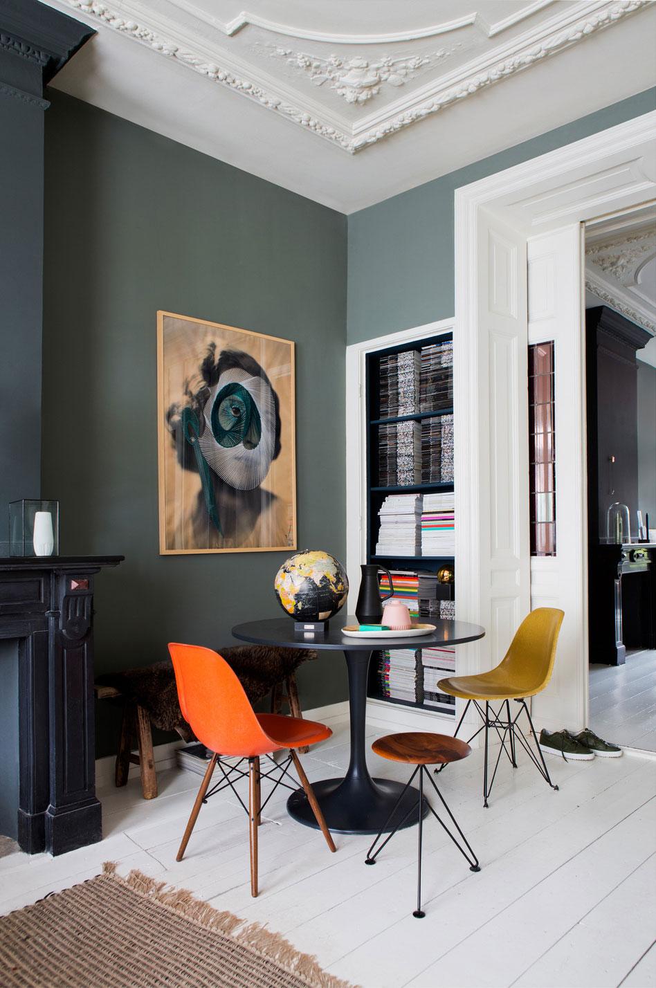 Czarny stolik z kolorowymi krzesłami