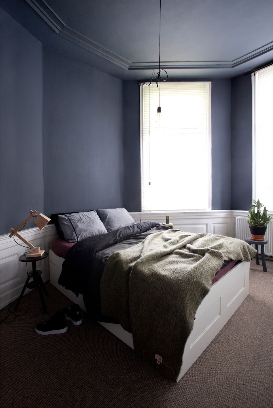 Antracytowa sypialnia