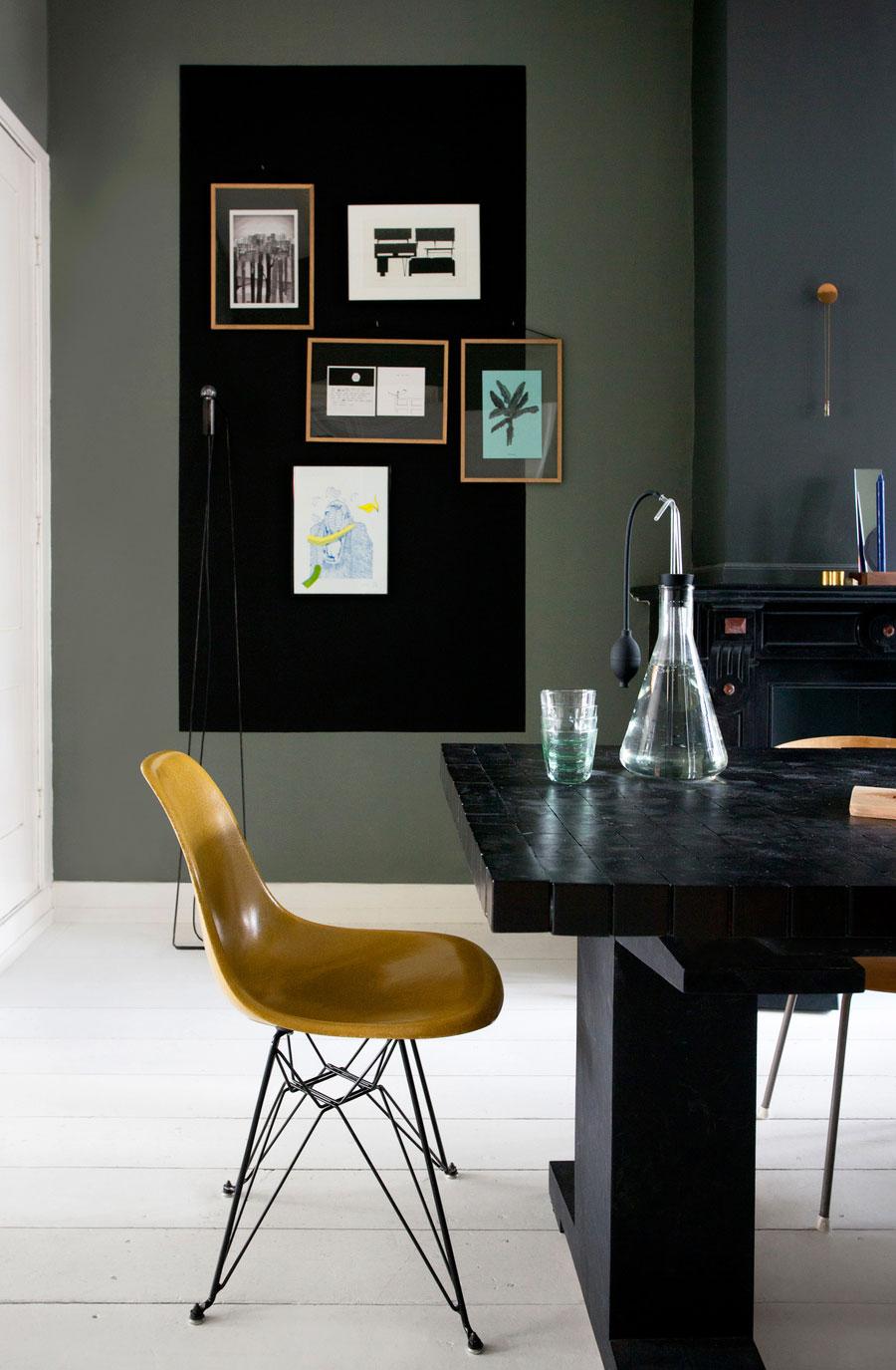 Czarny stół żółte krzesła