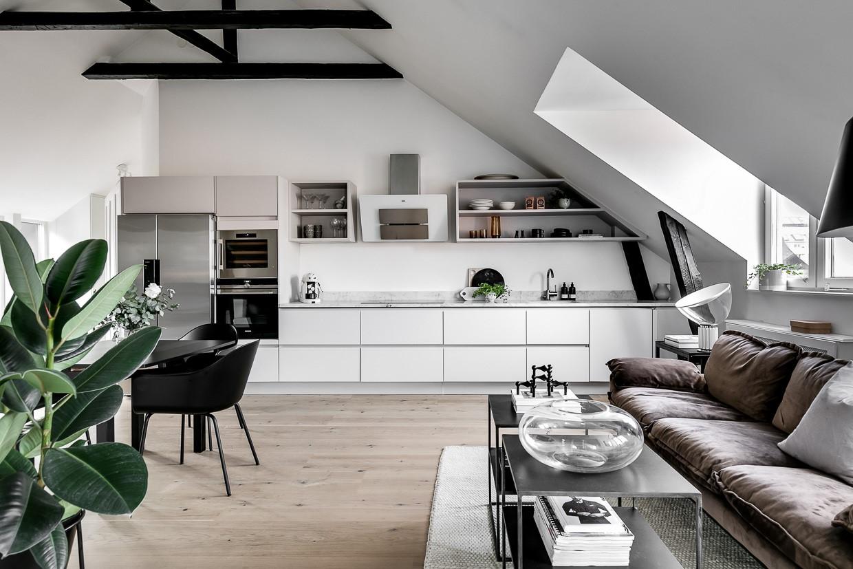 Biały aneks kuchenny w stylu skandynawskim