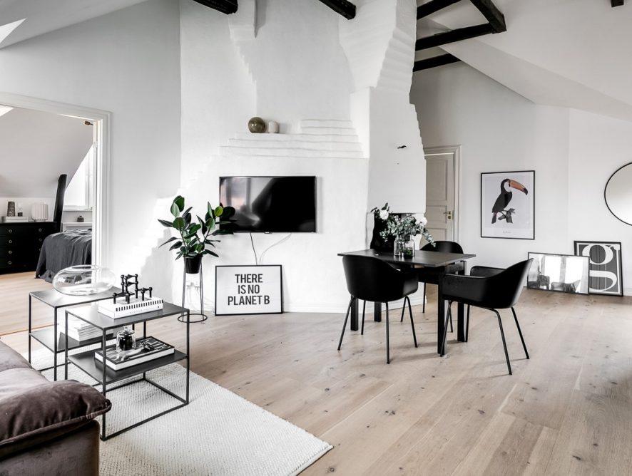 Skandynawskie mieszkanie na poddaszu z marmurową łazienką