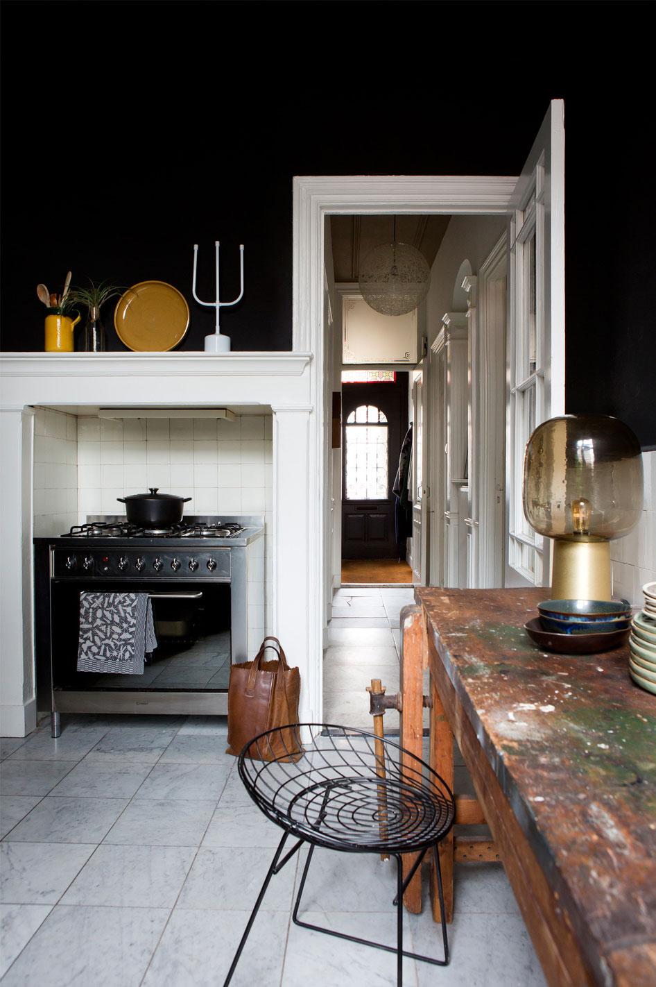 Kuchnia z czarną ścianą