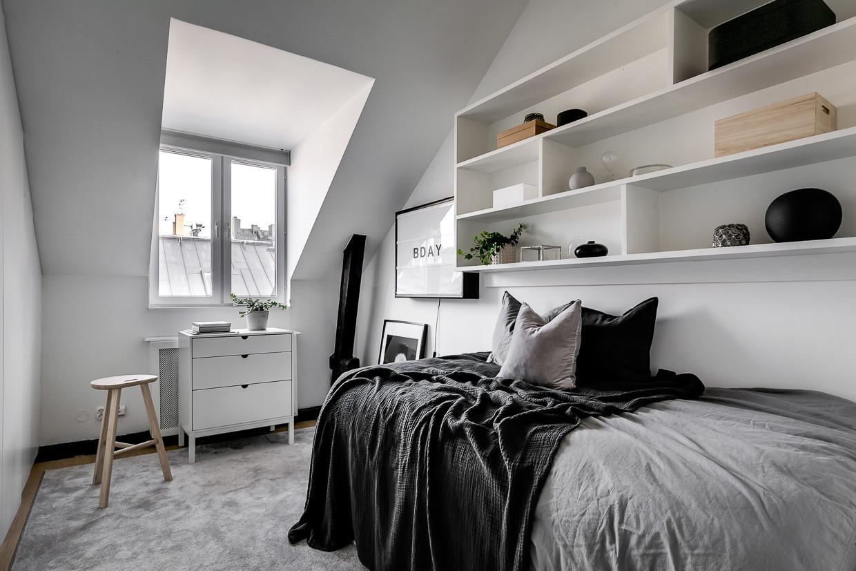 Mała sypialnia ze skosem