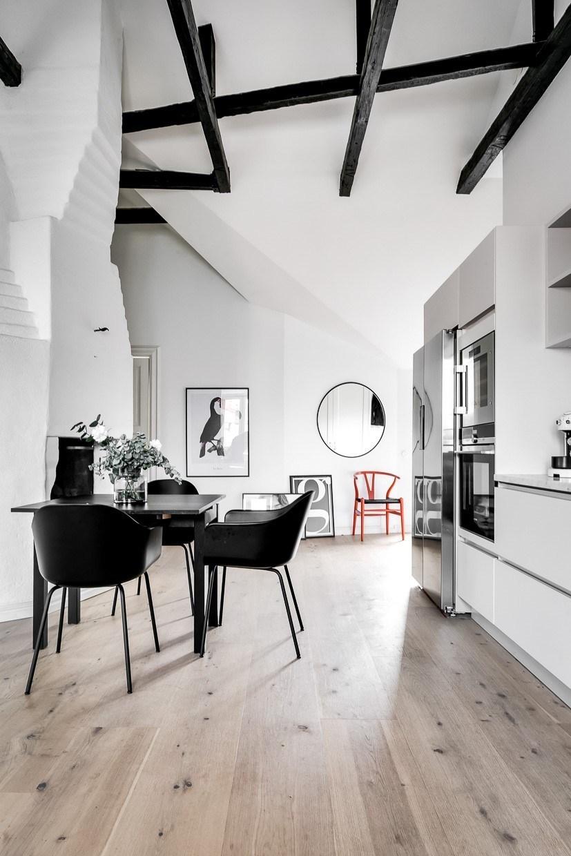 Wysokie mieszkanie ze skosami i belkami