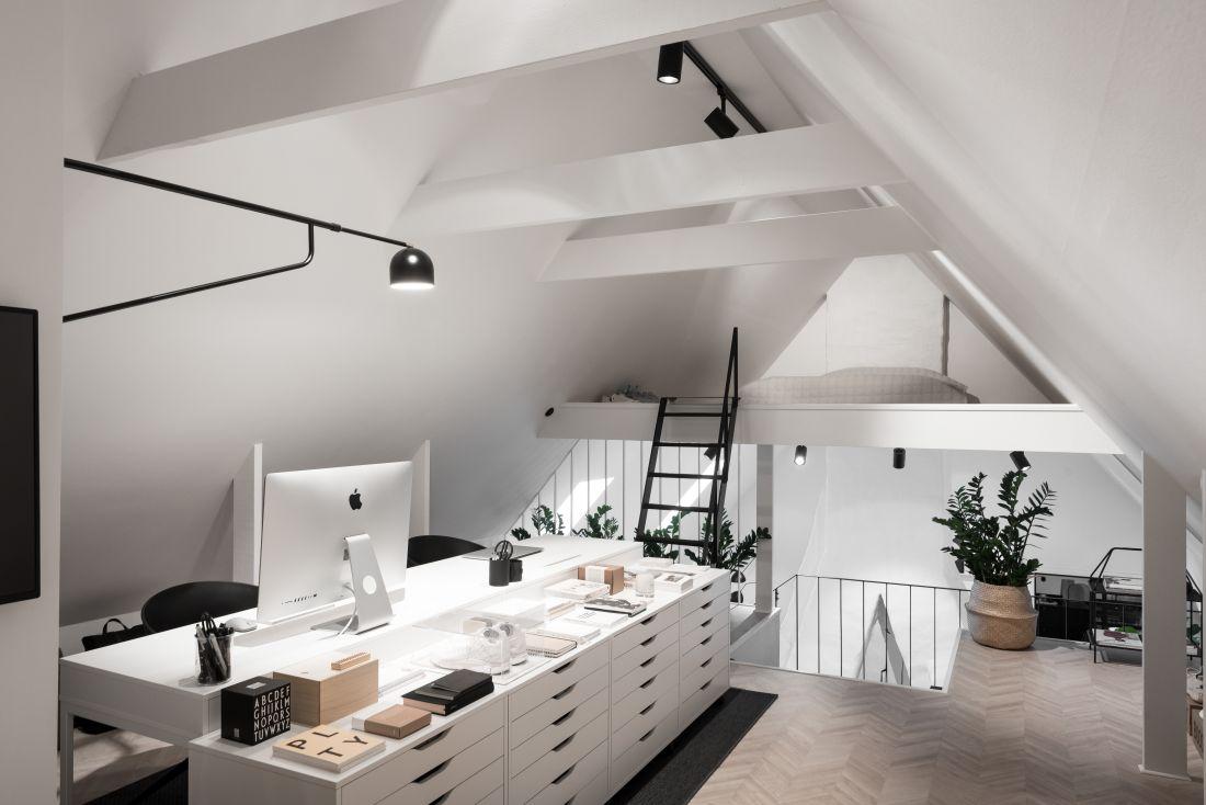 Domowe biuro na piętrze