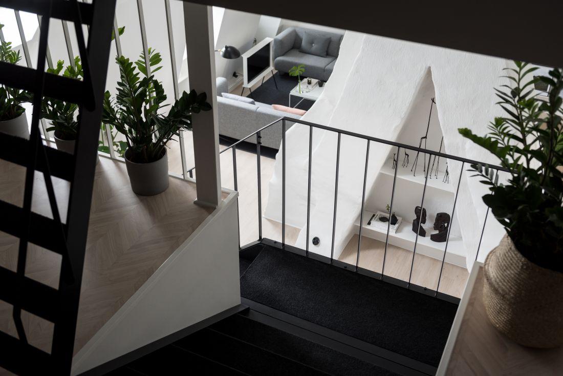 Stalowe czarne schody na piętro