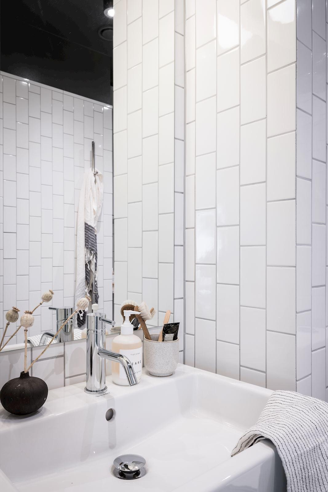 Białe kafelki cegiełki w łazience